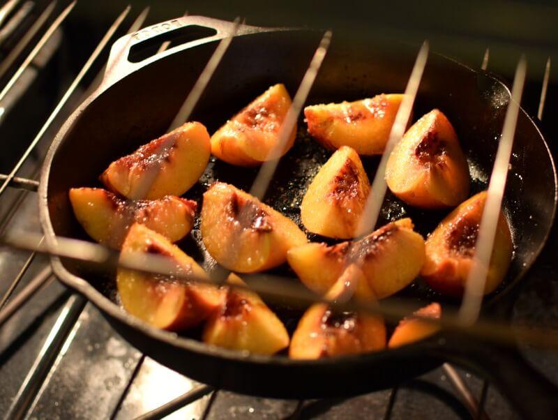 Nectarinas frescas cortadas en el horno
