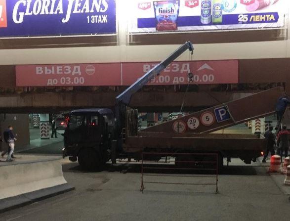 В Башкирии произошло обрушение фасада торгового центра