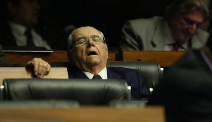 """""""SONECA"""": Castelo é flagrado dormindo de boca aberta em votação da meta fiscal"""