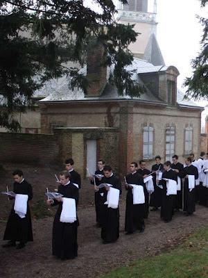 Hoje, jovens eclesiásticos querem a batina. Foto: seminaristas em cerimônia de tomada de batina