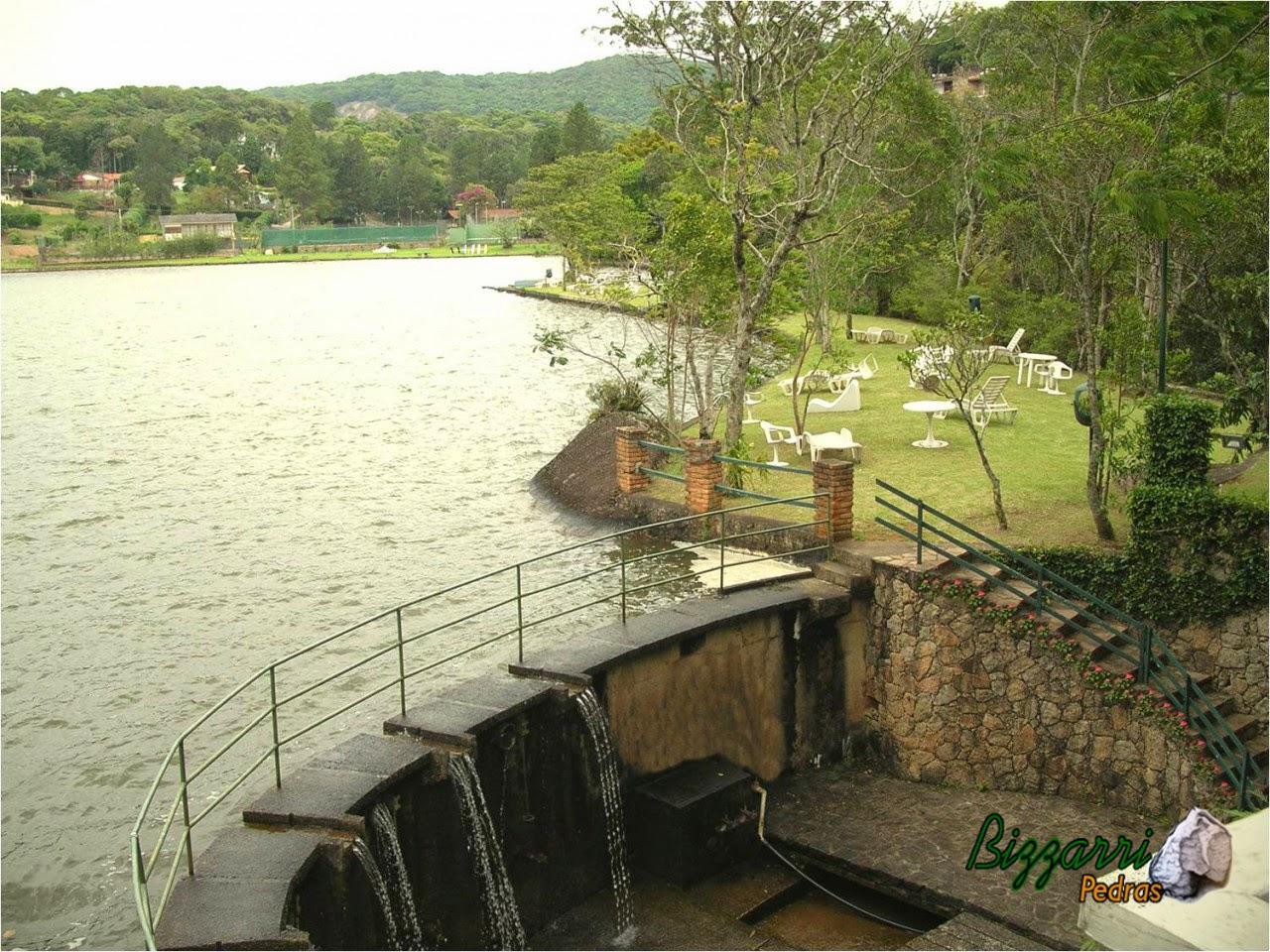 No Atibaia Clube da Montanha a construção do lago com os muros de pedra na comporta do lago, as paredes de concreto com a escada de pedra rústica que leva até a ducha do lago e a execução do paisagismo.