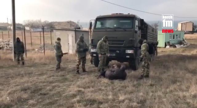 В оккупированном Крыму, протестуя, люди бросались под военную технику