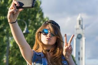 Hati hati, selfie dengan pose dua jari timbulkan risiko besar. Ilustrasi