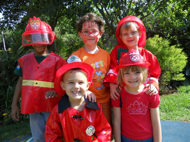 Disfraz de bombero hecho con camiseta roja