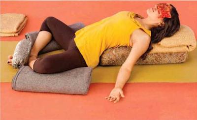 Yoga, Postura del Zapatero Tumbado con Apoyo