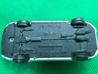 ポルシェ 928  のおんぼろミニカーを底面から撮影
