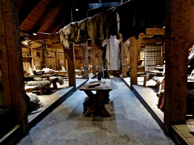 L'intérieur de la maison viking à Borg dans les îles Lofoten la salle de vie