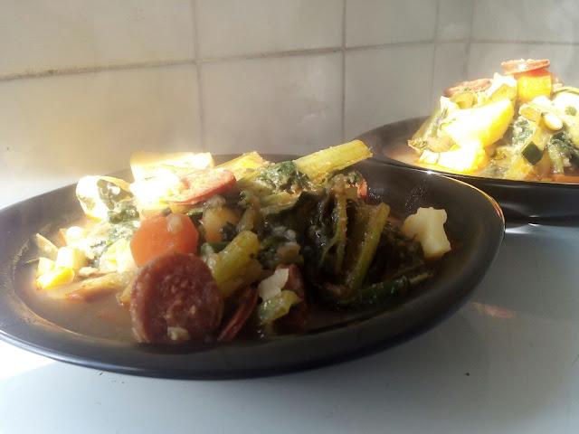 Guiso de borrajas, patatas, zanahorias, puerro y chorizo.