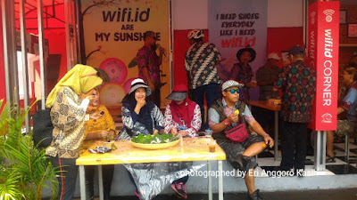 Acara hiburan secara spontan yang menghibur peserta gowes bareng berbaju batik.