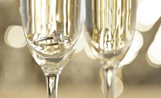 anillo en copa de vino