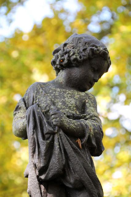 Knabenfigur auf dem Fischknabenbrunnen im Englischen Garten