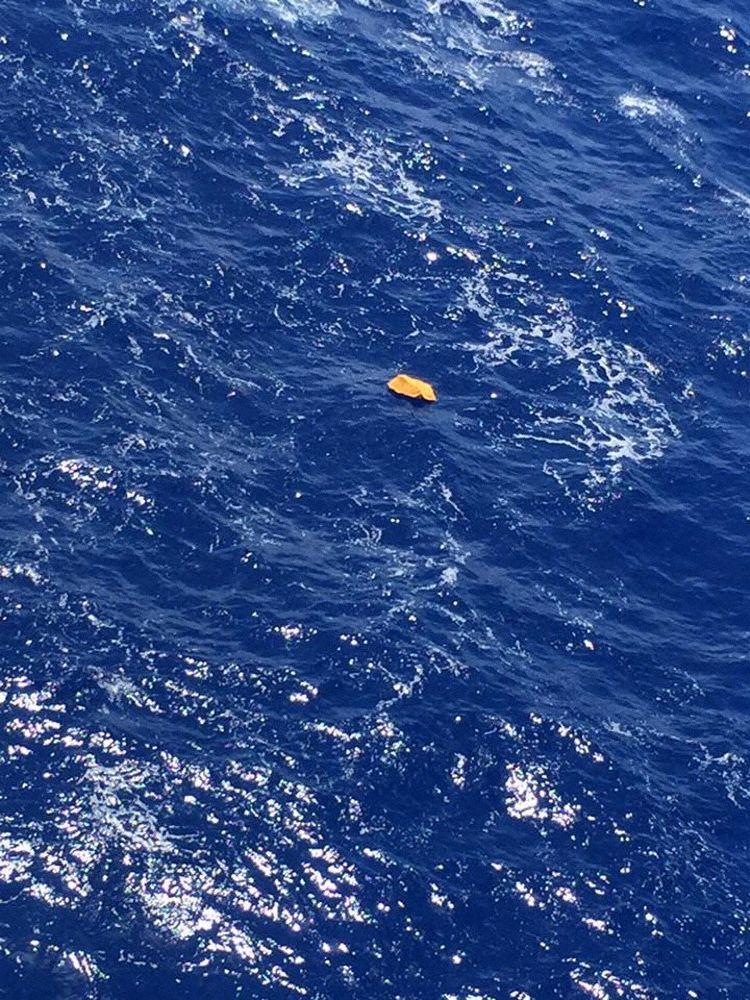 Objetos flutuantes avistados no mar pelo navio Maersk Ahram (Fotos: Tarek Wahba):