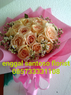 rangkaian bunga tangan atau fourhand model bulat mawar peach