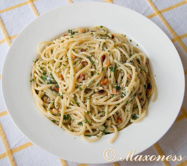 Спагетти с пекорино, кедровыми орешками и лимоном