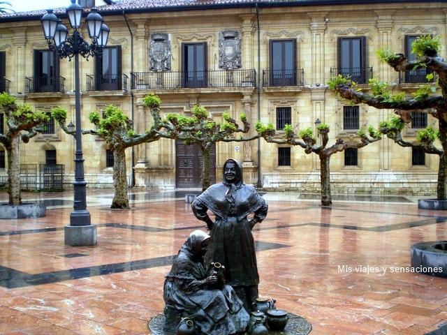Plaza de Daoiz y Velarde, Palacio del Marqués de San Feliz, estatuas vendedoras del Fontán, Oviedo, Asturias