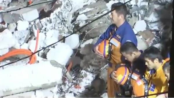 Brigadistas japones guardan luto al rescatar el cuerpo sin vida en inmueble derrumbado