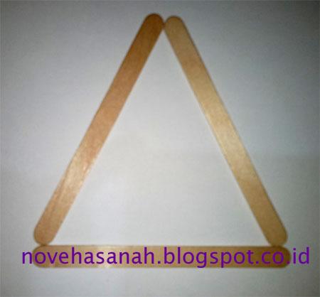 cara membuat prakarya dari stik es krim berbentuk penyangga atau dudukan HP yang mudah untuk anak SD buat bentuk segitiga dulu