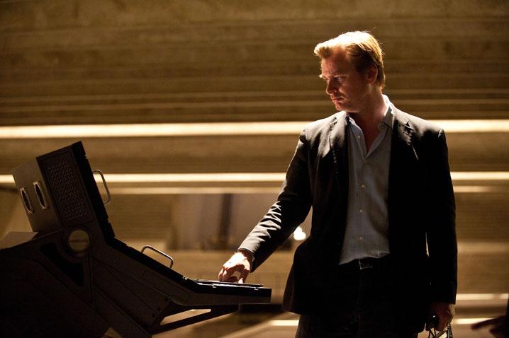 Christopher Nolan's Next Movie : クリス・ノーラン監督の謎の新作は、ヒッチコック・スタイルのサスペンスとユーモアを採り入れた初の恋愛ものスパイ映画かもしれない概略が伝えられた ! !