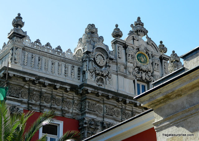 Detalhe da fachada de um dos pavilhões do Palácio de Dolmabahçe, Istambul