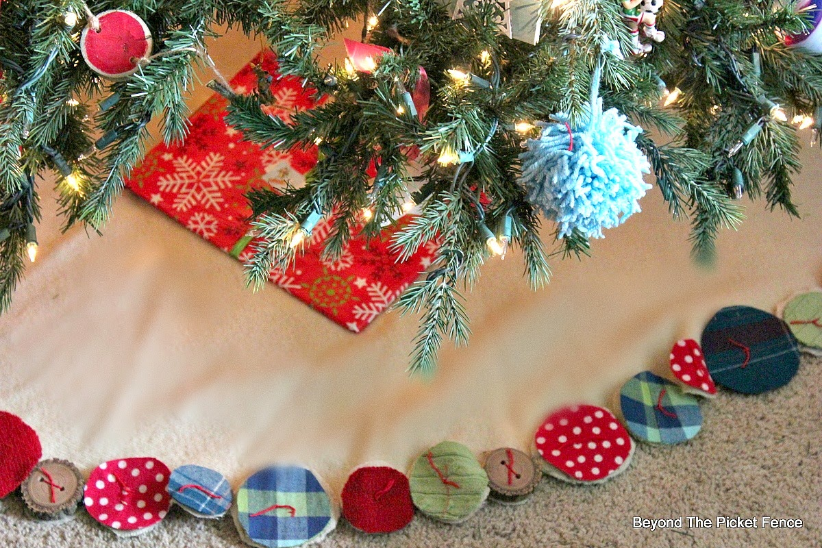 Home For the Holidays Christmas Home Tour http://bec4-beyondthepicketfence.blogspot.com/2014/12/home-for-holidays-days-of-christmas.html