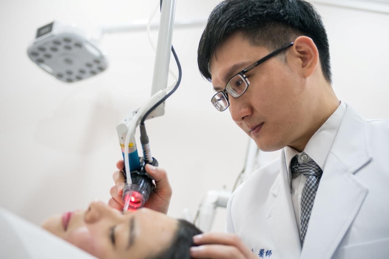 治療痘疤療程中,UP雷射雖然有劃時代的效果,卻並不是唯一的選擇,辰星皮膚專科診所院長楊兆傑醫師,會針對痘疤患者的情形,先做好清楚判斷與分析,再提供建議,患者可以在了解各種高科技儀器的優缺點之後,透過黃金透鏡皮秒雷射、UP雷射、彩衝光以及其他術式,以及配合醫師的專業經驗及操作,