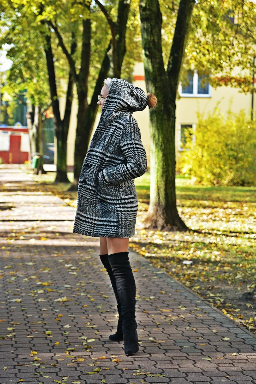 szary_plaszcz_spodnica_jeans_guziki_bordowa_ramoneska_karynhj