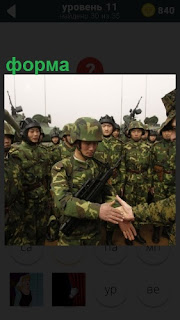 Рукопожатие военного в форме с офицером на фоне техники