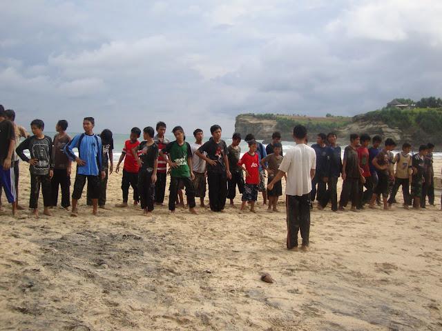 kegiatan di pantai Klayar Pacitan