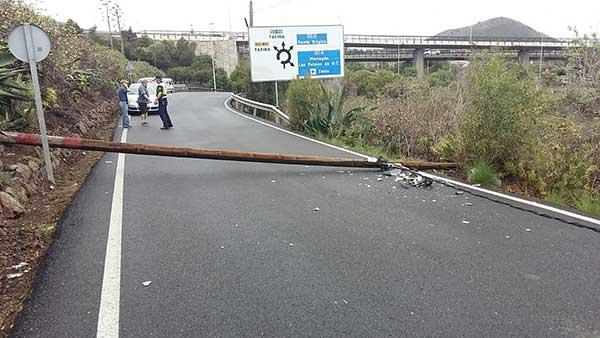 La caída de un póster de alumbrado ha hecho cerrar la carretera de Los Hoyos,desde la GC-4 / Foto: @PoliciaLPA