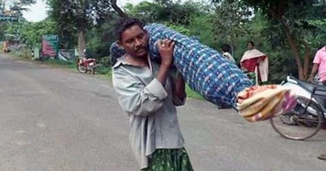 Bikin Haru, Foto Pria Miskin Memikul Jenazah Istri karena Tak Mampu Sewa Ambulans