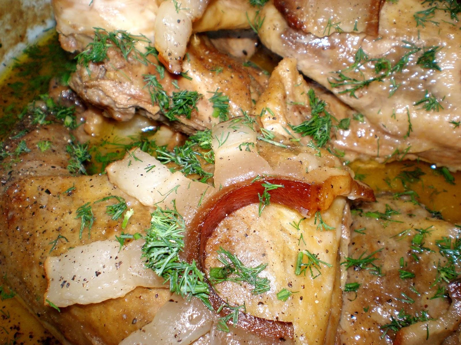 Friptură de bibilică în sos de vin și ceapă