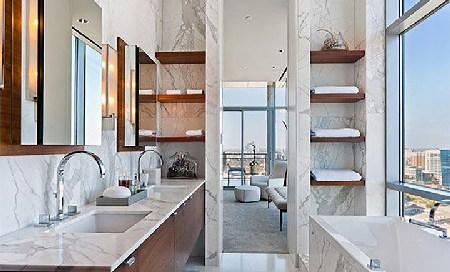 Nhà tắm với nội thất gỗ và đá granite