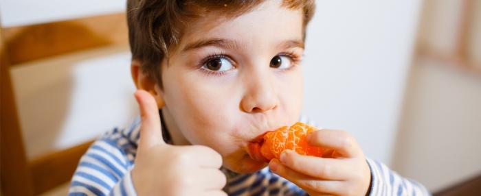 Criança come