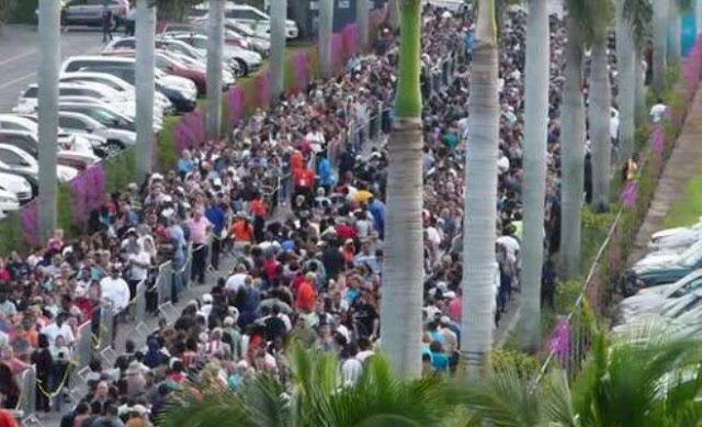 Miles de personas hacen fila en sur de Florida para obtener ayuda para comprar alimentos