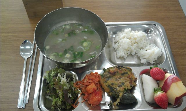 What Korean Private School Kids Get Served For Lunch (8 Pics)