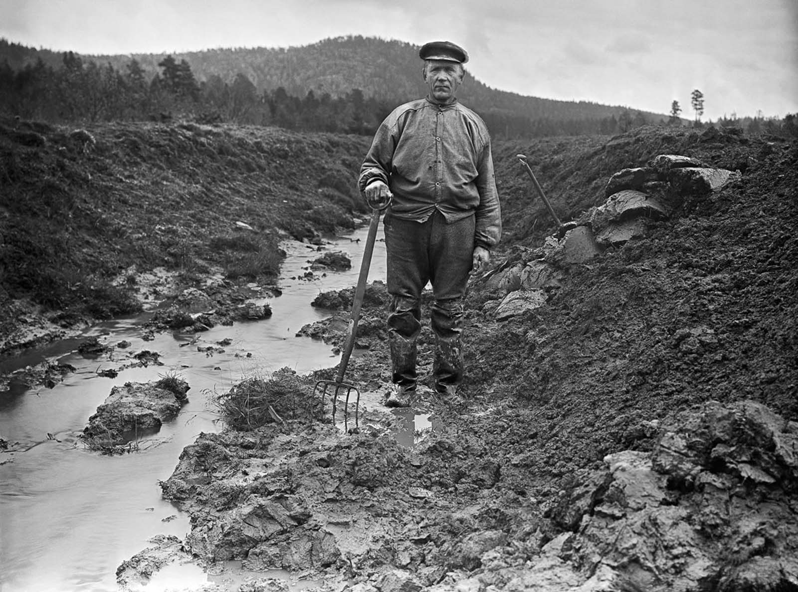 A man searches for artifacts at a Stone Age settlement at Kallbäcken, Bygdsiljum. 1922.