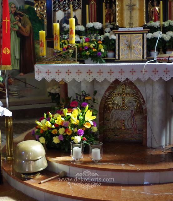 Kolorowe kwiaty | dekoracja kościoła Zębowice - Olesno