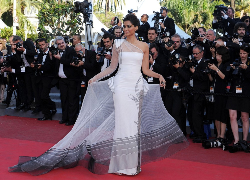 Sonam Kapoor Hot Hd Wallpapers - High Resolution Pictures-8037