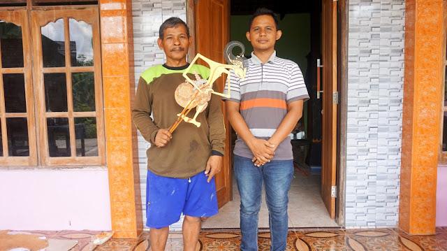 Dua Generasi Pengrajin Seni Tatah Sungging Wayang Kulit Sidowarno