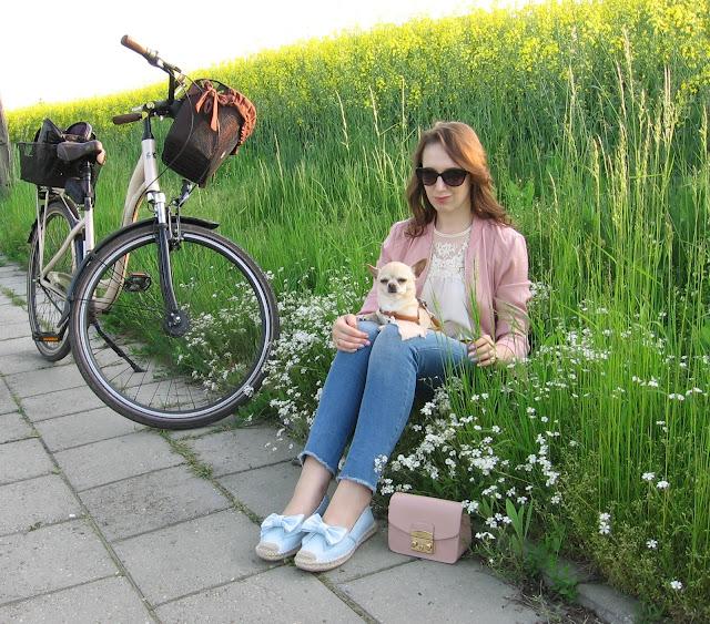 Rowerowa stylizacja - pastelowa bomberka, dziurawe jeansy i koronkowa bluzka