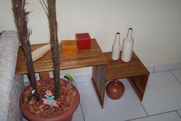 mesa-latera-feita-com-sobras-de-madeira-abrir-janela