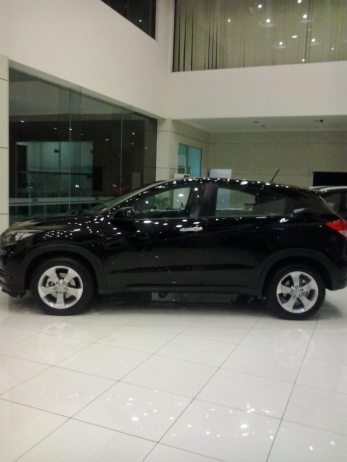 Honda HRV di pajang di showroom mobil honda cikarang