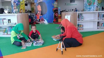 Membaca di Ruang Koleksi Anak