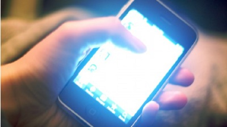 Research: Blue-ish light smartphone screens emit can make it harder to fall back asleep
