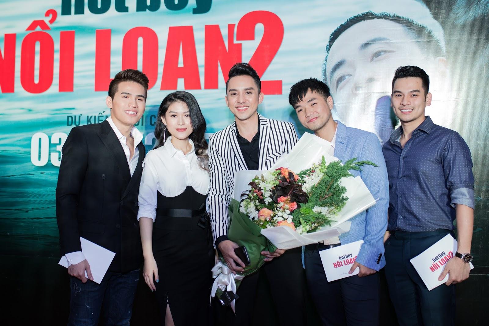 'Hot Boy 15 tuổi' Hữu Tân điển trai, lịch lãm trong ngày ra mắt phim đầu tiên thủ vai