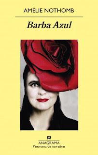 En la portada aparece Amélie Nothomb con un sombrero con forma de flor