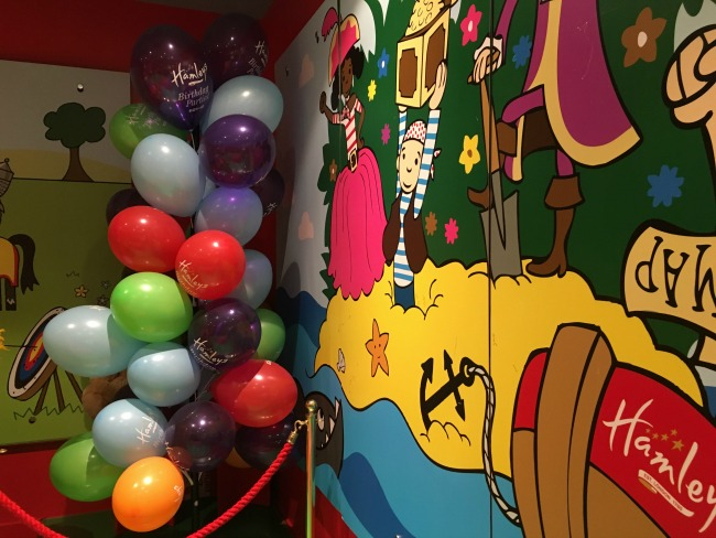balloons-and-wall-painted-with-pirates