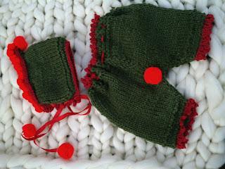 calça e gorro tricotados  nas cores verde e vermelho, no estilo natalino