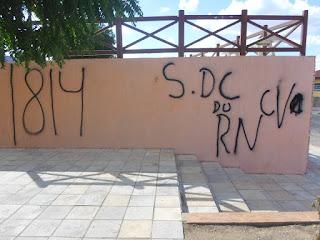 Prédios públicos foram pichados por criminosos em Carnaúba dos Dantas no RN