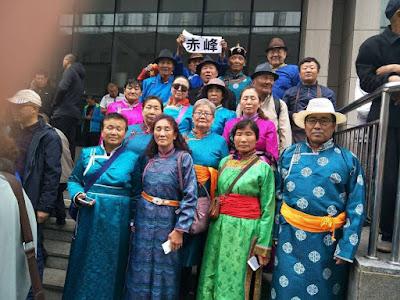 """内蒙古""""被下岗""""民代幼教师两千多人到自治区政府上访维权(图)(之一)"""